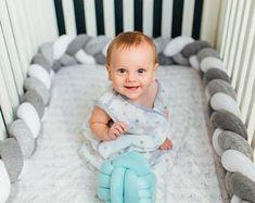 Geflochtene Krippe Stoßstange - Knoten, Kissen, Knoten-Kissen, Nackenrolle Kissen, Kissen, Kissen, Kinderbett Bettwäsche, Baby-Dusche, Baby-Geschenk
