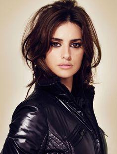 Cruz es una actriz española conocida por sus películas y su belleza. Trabaja con…