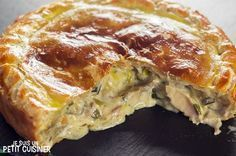 Comment faire une tourte au poulet et aux champignons. Recette facile avec photo… How to make a chicken and mushroom pie. Easy recipe with photos. With puff pastry. To be enjoyed alone or with family. Cooking Time, Cooking Recipes, Healthy Recipes, Easy Dinner Recipes, Easy Meals, Chicken And Mushroom Pie, Empanadas, Samosas, Savoury Dishes