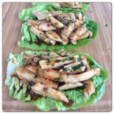 """Lo saque de el facebook Inutilismas """"Tacos"""" de Lechuga y Pollo:  - Rehogar cebolla de verdeo + ajo + jengibre - Agregar tiritas de pollo a la plancha - Agregarle salsa hecha con: 2 cdas. de mermelada de ciruela + 1 de salsa picante + 1 de mostaza + 2 de salsa de soja + 2 de vinagre de arroz + jugo de 1/2 naranja - Saltear todo junto por 1 minuto  - Poner arriba de hojas de lechuga y más salsita por arriba"""