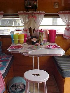 Would be so great to have a retro camper!!.Retro Setting [http://nancysvintagetrailers.blogspot.com/2010/08/i-love-lucy.html]