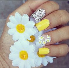 75 Cute and Trendy Nail Art Designs That You Will Love Yellow Nails Design, Yellow Nail Art, Daisy Nails, Flower Nails, Daisy Nail Art, Hair And Nails, My Nails, Gold Nails, Nail Design Glitter