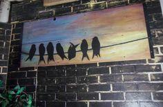 FAIT SUR COMMANDE ** Art de mur fabriqué à la main avec un coucher de soleil avec une silhouette de sept oiseaux perchés sur une ligne. Peint sur bois de grange récupéré avec de la peinture acrylique, 41 x 19 3/4 x 1 1/4 1 bords de fer d'angle. Cette pièce est livré avec le matériel