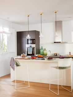 cocina abierta con suelo de parqué