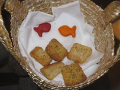 Cute activity for telling the story of Jesus Feeding the 5,000. Goldfish and croutons.