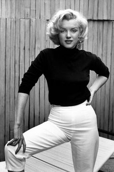 Alfred Eisenstaedt (Poland - Marilyn Monroe - May 1953 - photosession (for Life magazine) on patio outside her home North Dohenny Drive West Hollywood) Estilo Marilyn Monroe, Fotos Marilyn Monroe, Marilyn Monroe Style, Marilyn Monroe Clothes, Marilyn Monroe Costume, Joe Dimaggio Marilyn Monroe, Marylin Monroe Body, Norma Jean Marilyn Monroe, Cashmere Turtleneck