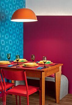 Para a parede da mesa de jantar. Painel de madeira na parede com uma cor vibrante, fica afastado alguns centímetros da parede e pode ter uma fita de luz no topo.  Talvez até fique legal com o papel de parede que já tem, já que ele iria aparecer só no topo.