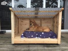 Dogs Roomy Pallet Dog Kennel More - This is a new kennel for I made for my dog because she grew a bit larger than we were expecting. It was easier to make a new one than modify her original kennel. Pallet Dog House, Dog House Plans, Dyi Dog House, Dog House From Pallets, Diy Outside Dog House, Outside Dog Bed, Homemade Dog House, Pallet Dog Beds, Build A Dog House