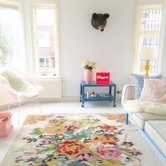 Vrouwendag vandaag, dus mijn interieur kleurt roze !  gefeliciteerd dames !  #womenday pink interior ! #vrouwendag #pink #rozenkelim #abmlifeiscolorful #kleinwoongeluk #lightbox #fonq #ikea #thrifted #myhome #binnenkijken #thuisinstyling. *the carpet is from @rozenkelim *