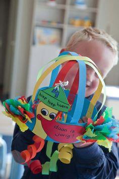 Verjaardagskroon Hat Crafts, 100 Days Of School, Party Hats, Diy Crafts For Kids, Headbands, Preschool, Presents, Classroom, Activities