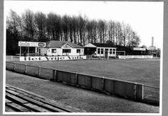 Datering (vanaf): 1964-05-18 Beschrijving: Het voetbalveld van S.V.V. aan de Westfrankelandsedijk met clublokaal en kantine.