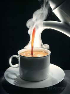 Coffee Being Poured into a Cup Impressão fotográfica por Jürgen Klemme na AllPosters.com.br