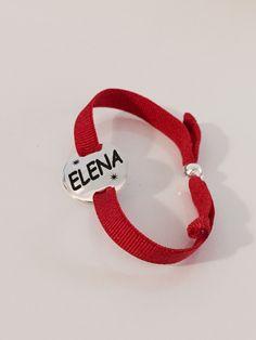 Pulsera GALA, redonda de plata y cinta roja con bola de plata ajustable a medidas. Joya en plata de ley con tu nombre grabado. #joyasquehablandeti