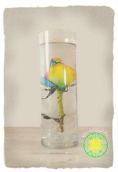 Arreglo floral con flor sumergida Wine Glass, Glass Vase, Tableware, Diy, Home Decor, Floral Arrangements, Centerpieces, Tutorials, Blue Prints