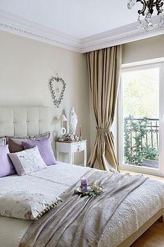 Przepis na kobieca sypialnię: łóżko z pikowanym zagłówkiem z NAPu, stoliki nocne - Fryderyk Gallery, narzuta, poduszki i świeczniki - Savoya Home.