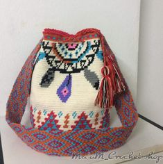 Distinta Crochet Woman, Knit Crochet, Crochet Bags, Tapestry Bag, Tapestry Crochet, Learn How To Knit, Purses And Bags, Diy And Crafts, Pouch