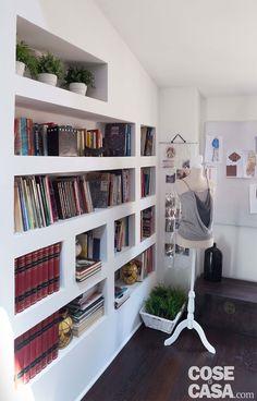 La casa di 130 mq ha una pianta regolare ma una distribuzione degli ambienti piuttosto insolita. L'arredamento eclettico consiste in un gradevole mix di stili. Interior Paint, Interior Design, Bookshelves, Bookcase, House, Pick Up, Erika, Home Decor, Inspirational