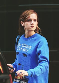 Emma Watson wearing a Gatsby sweater - Ten [trillion] points to Gryffindor! This is flipping awesome! :)