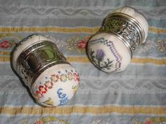 Willing Hands: Napkin Ring Pin Cushions Willing Hands: Serviettenring-Nadelkissen DIY Upcycled Six-Pack RinJameson Irish Whiskey RinPatriotische Weinflasche Rin Sewing Box, Sewing Notions, Sewing Kits, Sewing Tools, Fabric Crafts, Sewing Crafts, Sewing Projects, Cross Stitch Finishing, Sewing Baskets