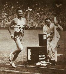 Delfo Cabrera de Argentina de ganar el maratón de los Juegos Olímpicos de 1948.