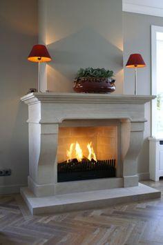 Een schouw zorgt voor een mooie omlijsting van het vuur. Of u nu een open haard, een gesloten haard of een voorzetkacheltje kiest, er is altijd een bijpassende schouw te vinden.