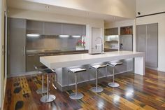 moderne Küche in Grau und Weiß mit großer Kochinsel und Tresen