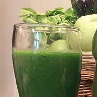 A zöld turmix elkészítéséhez nincs szükség másra, mint egy turmixgépre, némi zöld levélre és néhány gyümölcsre. Vannak, akik azt állítják, hogy ehhez... Cucumber, Chia Puding, Smoothies, Juice, Vitamins, Remedies, Food And Drink, Cooking Recipes, Vegetarian