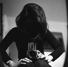 I want a bunch of coolio vintage cameras so I could take black and white/ sepia pictures and make everything look old ): Girls With Cameras, Old Cameras, Vintage Cameras, Vintage Photos, Black White Photos, Black And White Photography, Diane Arbus, Look Retro, Camera Obscura