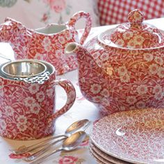 red and white tea set Seen this in brown and blue never in red, love it! Found out this is called Calico Ware. Red Cottage, Cuppa Tea, Teapots And Cups, Chocolate Pots, My Tea, Vintage China, Vintage Dishes, Tea Time, Tea Party