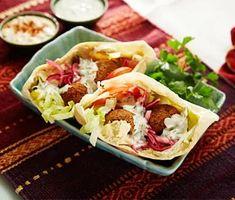 Falafel med hummus, yoghurtdressing och picklad rödlök | Recept ICA.se Green Life, Learn To Cook, Vegan Dishes, Diy Food, Tahini, Hummus, Vegan Recipes, Paleo, Veggies
