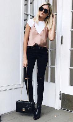 Calça jeans preta Blusa branca Regata rosa/rosé Bota preta Bolsa preta