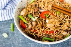 Gebakken noedels met kip & boschampignons Sweet Breakfast, Breakfast Recipes, Pesto, Happy Foods, Food Inspiration, Noodles, Chicken Recipes, Vegan Recipes, Yummy Food