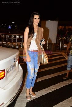 Kriti Sanon leave for Bulgaria for Dilwale shoot in Mumbai Airport on 24th June 2015 / Kriti Sanon - Hamara Photos