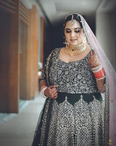 This Sikh Bride Is An Inspiration For AllThe Curvy Brides-To-Be! #shaadiwish #sikhwedding #sikhbride #bridalsuit #bridaljewellery #bridalmakeup #weddingtrends #monthlytrends #augusttrends Bollywood Saree, Bollywood Fashion, Wedding Captions, Sikh Bride, Plus Size Brides, Curvy Bride, Red Gowns, Fat Women, Bride Look