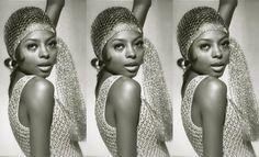 """<p><b>Diana Ross</b> não é só uma lenda da música - pelo que você vai perceber nesta galeria, ela sempre se mostrou, também, como ícone de moda. Detalhe: a cantora já lançava tendências bem antes da expressão """"it-girl"""" ser consolidada.</p><p><br/></p><p>Seja pelos vestidos muito bem cortados e cobertos por paetês, ou seus penteados e adereços capilares deslumbrantes (e inspiradores), reconhecemos Diana Ross como uma das maiores divas das décadas de 60 e 70. Viaje pelas fotos a seguir e…"""