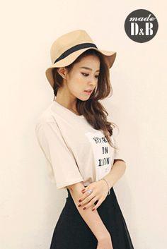 Today's Hot Pick :レタリングロゴプリントトップス http://fashionstylep.com/SFSELFAA0023802/insang1jp/out 着回しのきくベーシックアイテム、レタリングロゴTシャツです。 スタンダードなラウンドネックデザインで、程よいユルさのあるシルエットで気負わず着こなしやすい一枚です。 スタイルを選ばず着られ着こなしの幅を広げてくれます。 ソフトな肌触りでしっとりした素材は着心地も抜群♪ 身長によって着丈感が異なりますので下記の詳細サイズを参考にしてください。 ◆2色: ベージュ/アイボリー