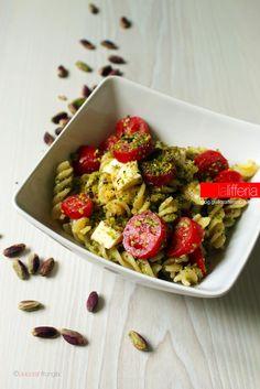 Insalata di pasta con pomodorini, mozzarella e pistacchi