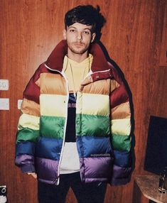 ARE FREAKING KIDDING ME???? LOUIS IS LITERALLY WEARING A RAINBOW