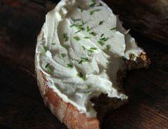Domácí lučina, krok 4: Druhý den máte přes půl kila lahodného smetanového sýra, který můžete dochutit třeba česnekem, pažitkou, sekanýma vlašákama, zkrátka jak se vám zlíbí