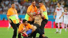 Espontáneo irrumpió el Mundial  http://elheraldoslp.com.mx/2014/07/un-espontaneo-salto-a-maracana-durante-la-final-televisora-del-mundial-lo-oculto/