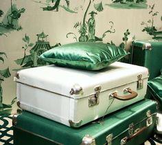 Чемодан, винтажный саквояж, сундук в интерьере - фото