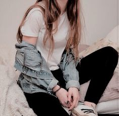 Still not sure how I feel abt max wearing denim jackets idk it's always hit or miss. sometimes I look too clunky for her style n I don't think she does the throwback thing as much idk but this is still a max ish look Liana Liberato, Womens Fashion Online, Latest Fashion For Women, Clary Y Jace, Tv Anime, Funeral, Sienna, Hem Stitch, Ginny Weasley