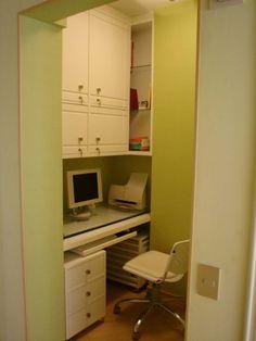 Projeto da Arquiteta Larissa Araujo Soares - Sigma Arquitetura. Exemplo de como espaços exíguos podem tornar-se imprescindíveis em uma residência. A foto mostra um espaço que era originalmente uma rouparia de um apartamento que foi transformada em um home office.