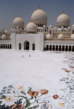 Sheikh Zayed Mosque in Abu Dhabi (via Raquel)