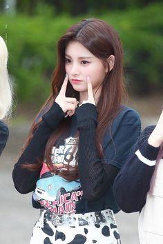 Lesbian Hot, Asian Model Girl, Sistar, Girly Pictures, Mothers Love, My Princess, Yuehua Entertainment, Medium Hair Styles, Girl Photos