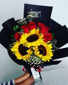 Ramo de girasoles y rosas rojas Sunflower Floral Arrangements, Sunflower Bouquets, Floral Bouquets, Sunflowers And Roses, Red Roses, My Flower, Flower Power, Homemade Gifts For Mom, Arte Floral