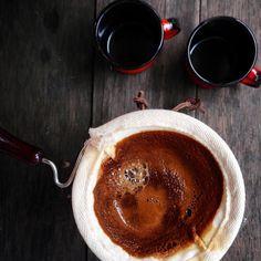 Esse tempinho vai bem com café no coador de pano !  Você gosta de café bem concentrado ou gosta de pegar mais leve ? Com ou sem açúcar ?  #mestrecafeeiro #cafesespeciais #sjc #cafe #caferia #cafedatarde by mestrecafeeiro