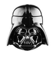 Taza Star Wars de ceramica, imitando la cabeza de Darth Vader de la mítica Guerra de las galaxias. Siente el poder del lado oscuro tomándote un oscuro cafe.