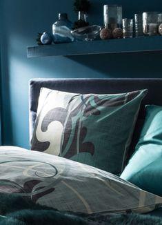 Der Farbe Blau wird eine beruhigende und schlaffördernde Wirkung zugeschrieben. Blau eignet sich daher ideal für die Gestaltung eines Schlafzimmers. Achten Sie hier wieder darauf, dass der Raum nicht zu kühl wirkt und hellen Sie das Zimmer mit cremefarbenen und weißen Stoffen auf. Als Kontrast dazu können Sie Kleiderschränke und Kommoden in Türkis, bunte Teppiche oder farbige Zierkissen verwenden. Bed Pillows, Pillow Cases, Home, Colorful Rugs, Chest Of Drawers, Color Blue, Bedroom, Homes, Pillows