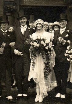 Hauts- de-forme, queues de pies et guêtres... un mariage très chic et des sourires chaleureux. La mariée est ravissante!